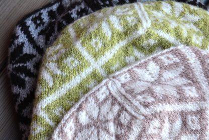 Mönsterstickning närbild av mössor Fjärran från Yarns & Barns