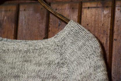 Detaljbild på stickad raglantröja från Yarns & Barns